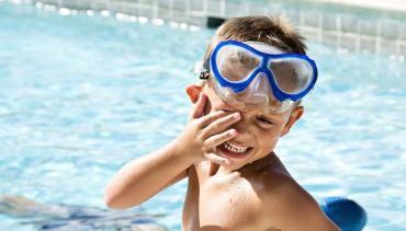 Imagem da notícia: Como acalmar os olhos vermelhos por causa do cloro das piscinas
