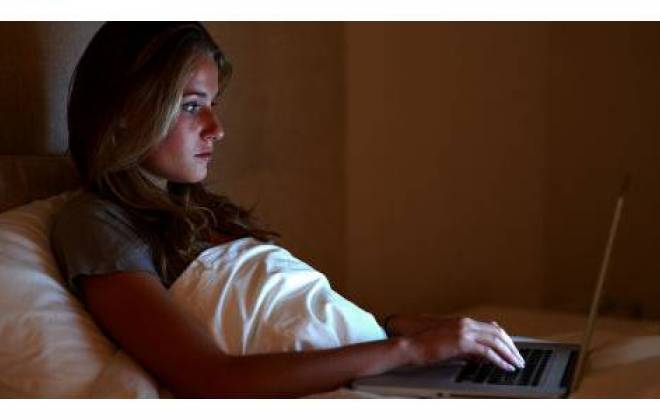 Imagem da notícia: Luz azul dos dispositivos digitais prejudica sono