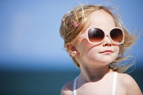 Imagem da notícia: O meu filho deve usar óculos de sol?