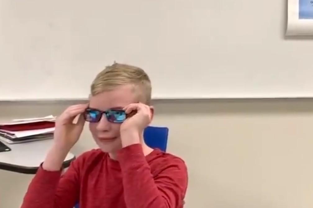 Imagem da notícia: Óculos especiais ajudam rapaz daltónico a ver cores