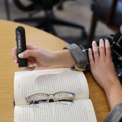 Imagem da notícia: OrCam Read auxilia pessoas disléxicas ou com dificuldades de leitura