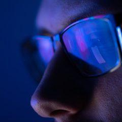 """Imagem da notícia: Estudo mostra que óculos de filtro azul """"não reduzem"""" o desconforto ocular"""